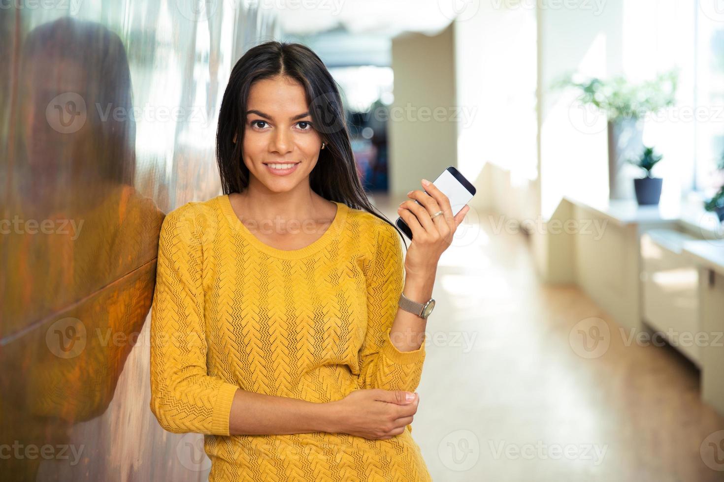 feliz empresaria informal con smartphone foto