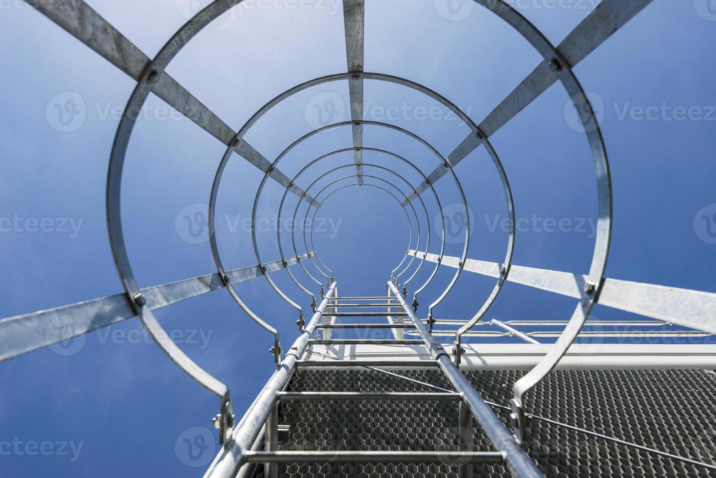 escalera que conduce a la cima de un industrial foto