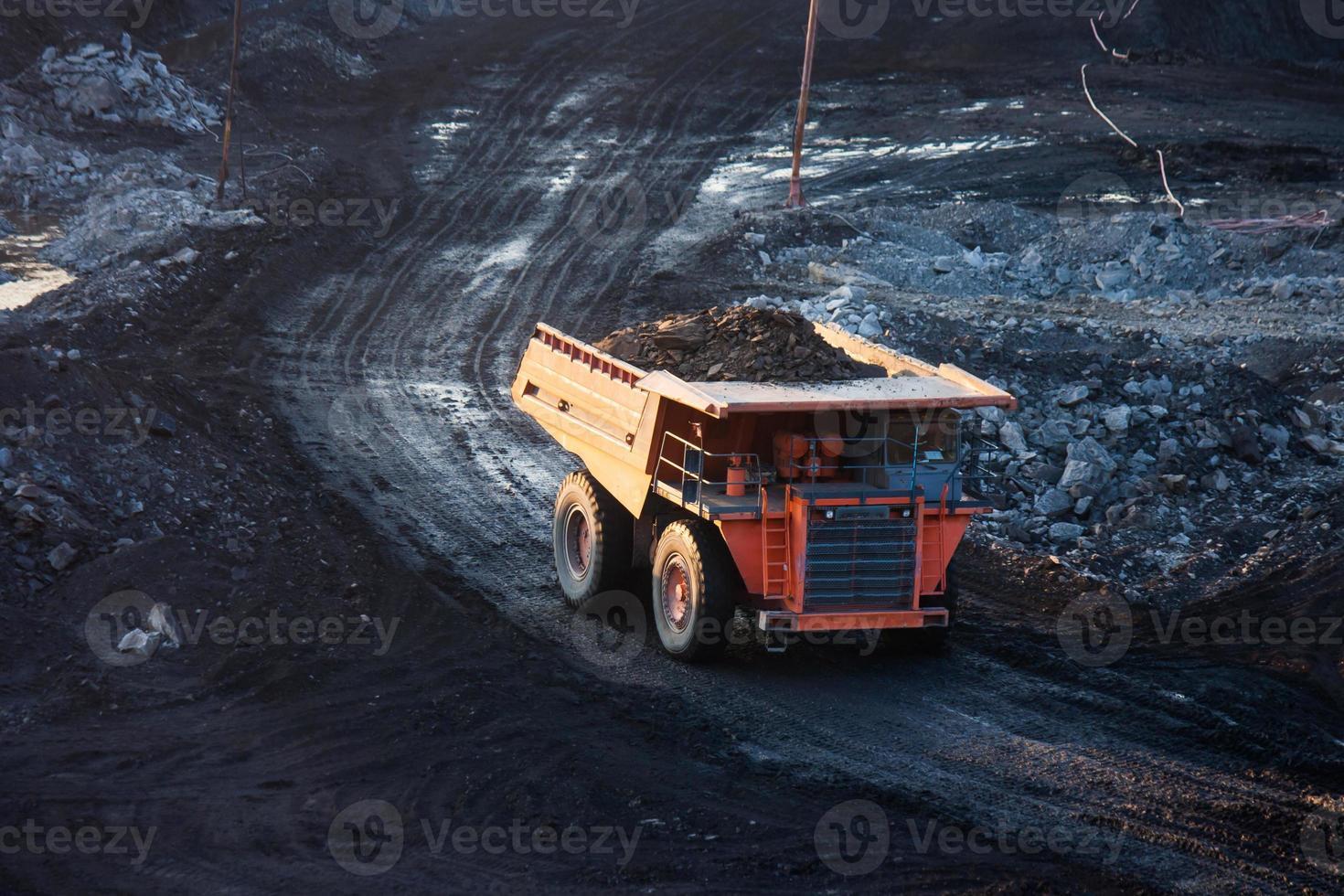 planta de preparación de carbón. gran camión minero amarillo en el sitio de trabajo foto