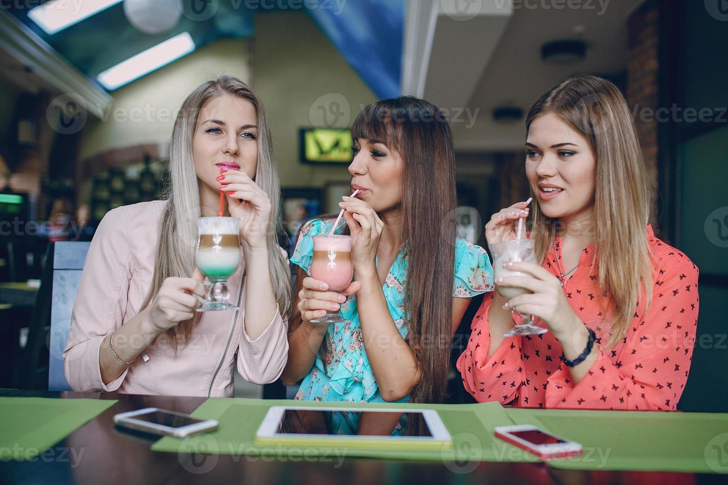 chicas con telefonos foto
