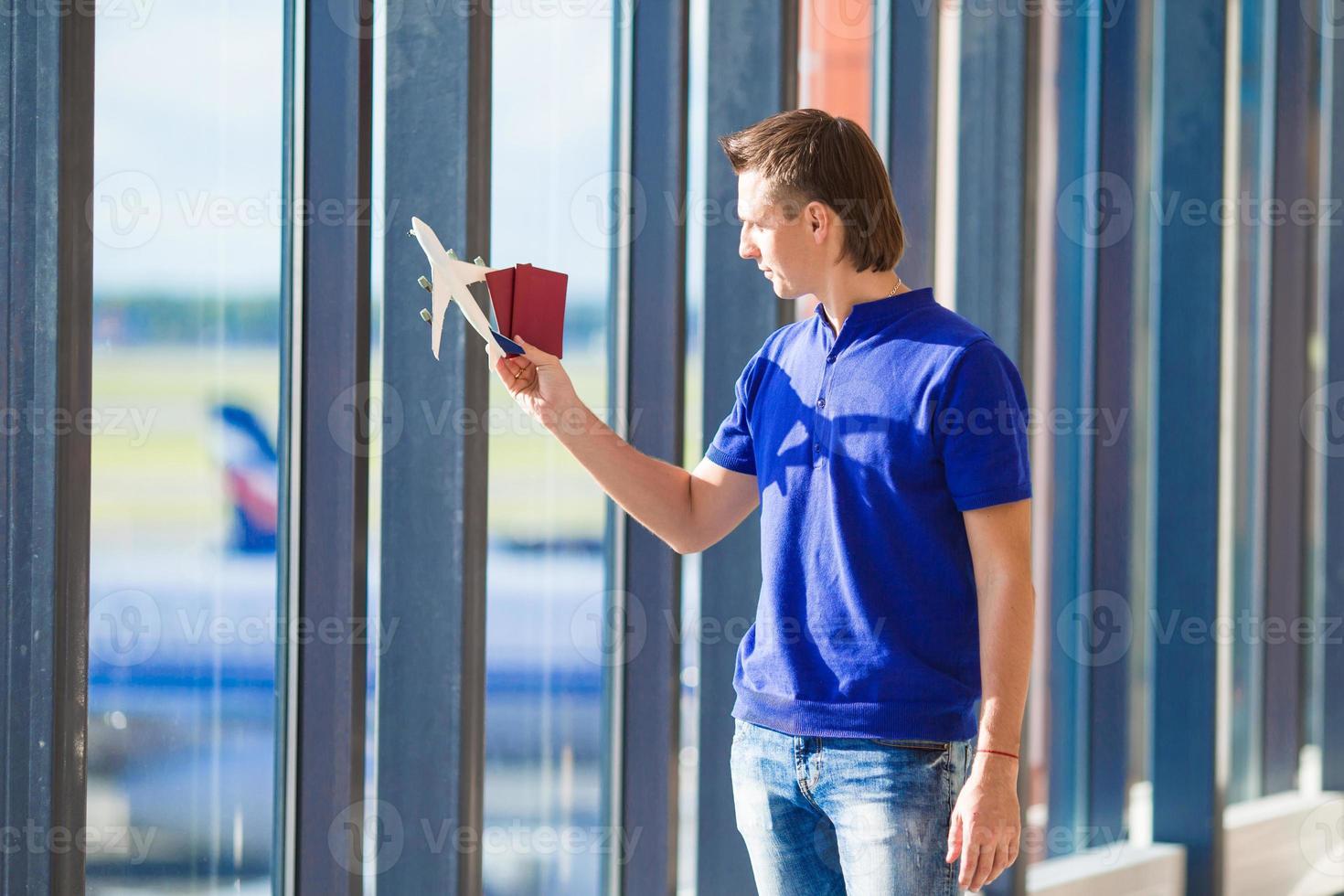 Primer plano del hombre con pasaportes y tarjeta de embarque en el aeropuerto foto