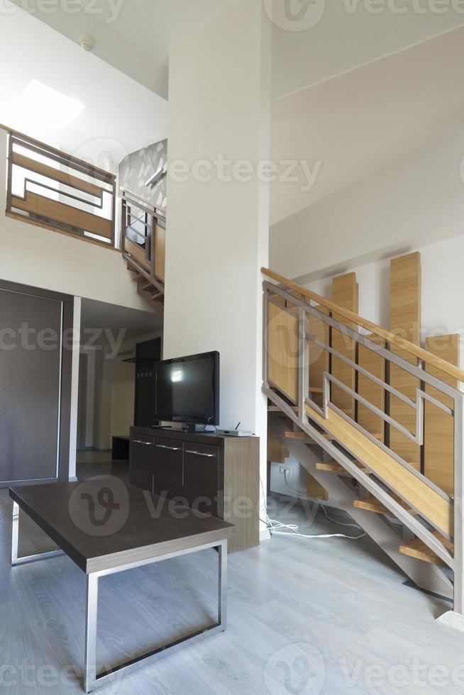 escalera en el interior del apartamento dúplex foto