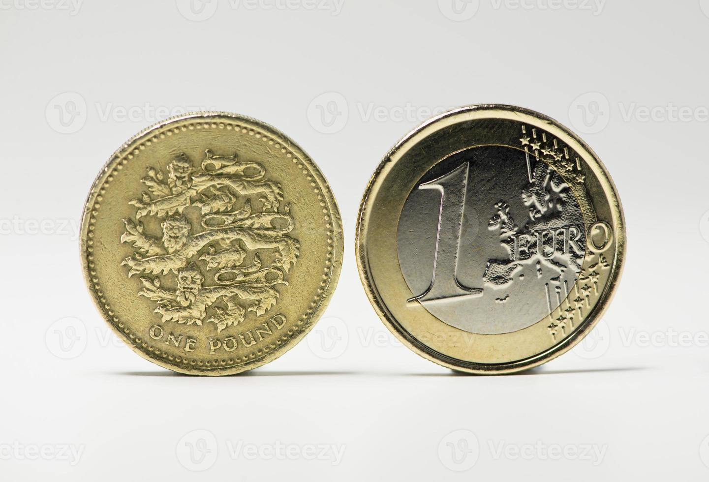 monedas de un euro y libra foto