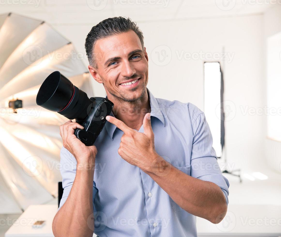 fotógrafo apuntando con el dedo a la cámara foto