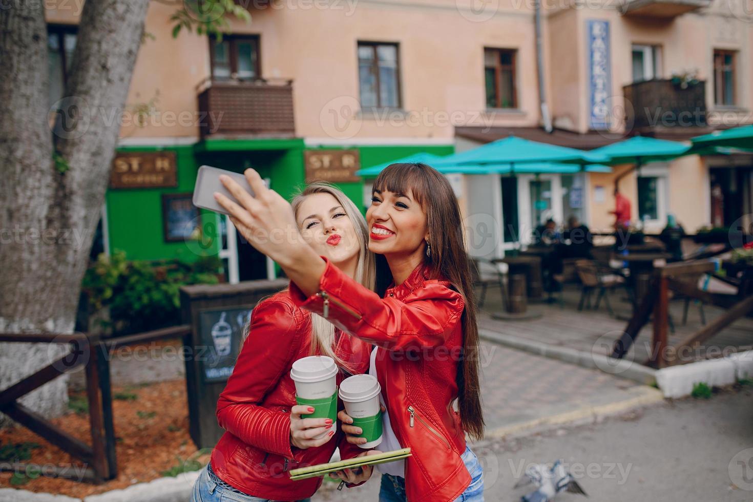 chicas con telefono foto