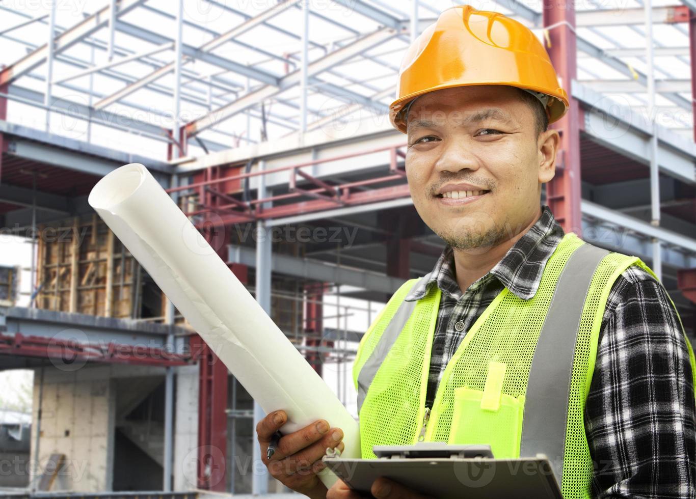 un trabajador de la construcción masculino en el trabajo foto