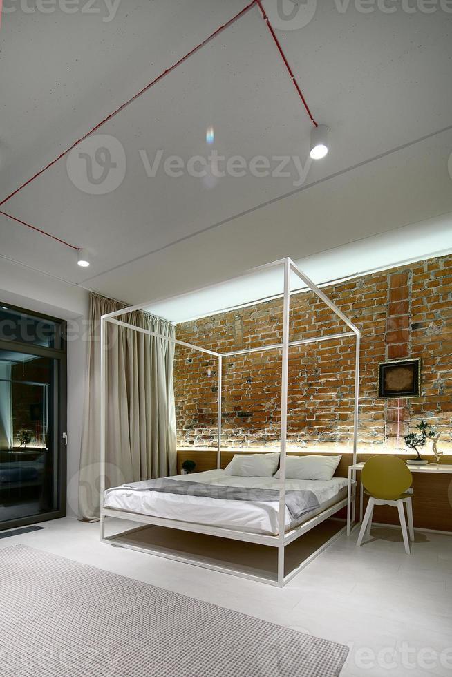 Dormitorio en estilo loft moderno. foto