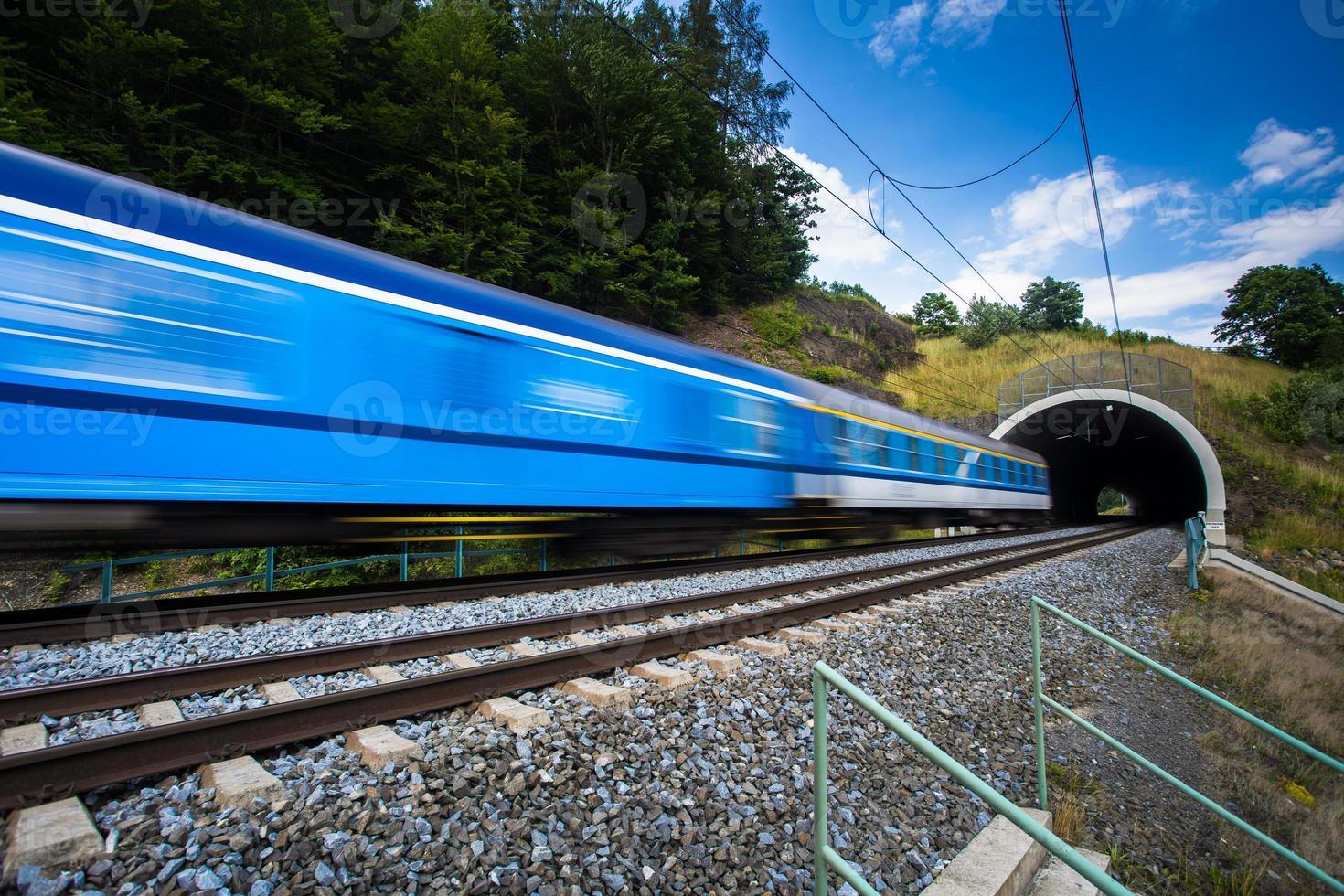 tren pasando por un túnel foto