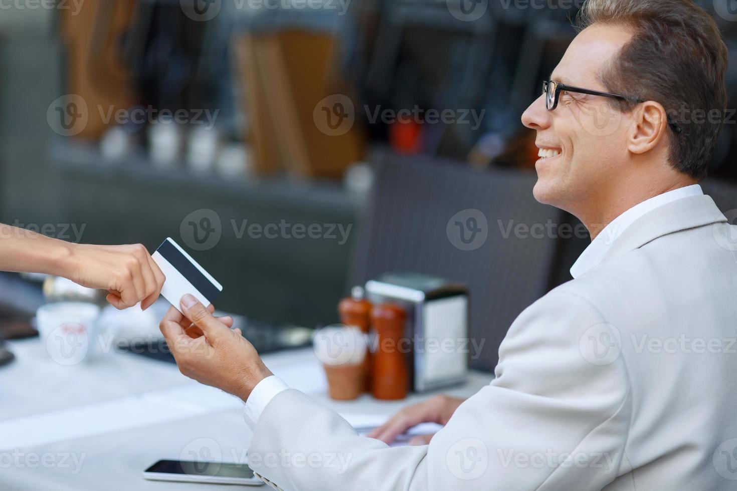 buen hombre sentado en la cafetería foto