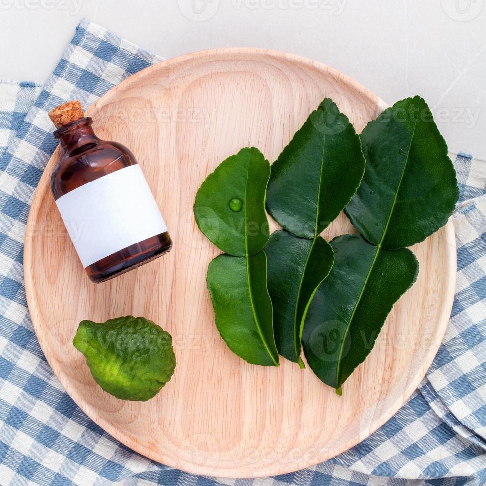 cuidado de la salud alternativa hojas y aceites de lima kaffir fresca foto