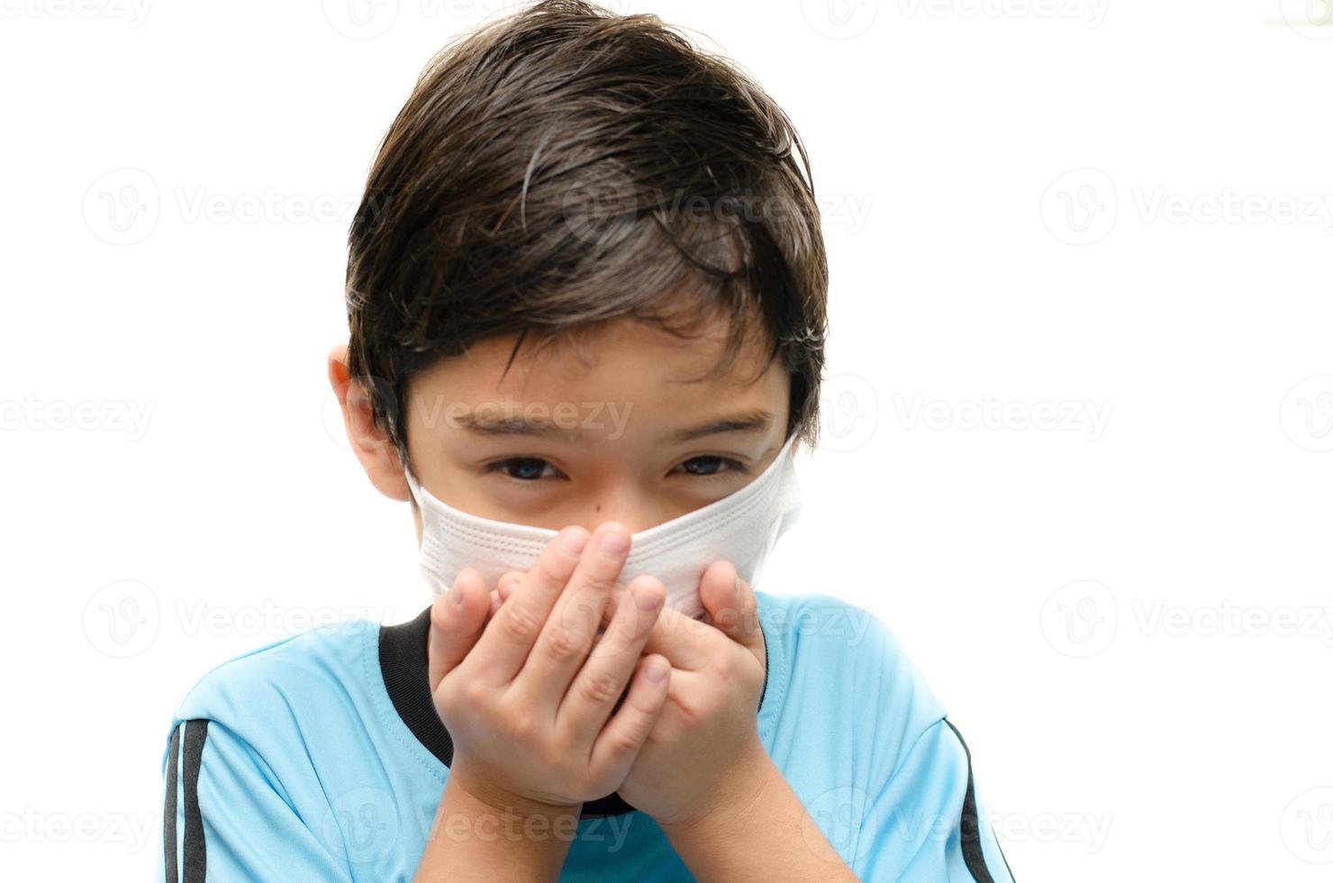 Niño pequeño con máscara de salud proteger sobre fondo blanco. foto