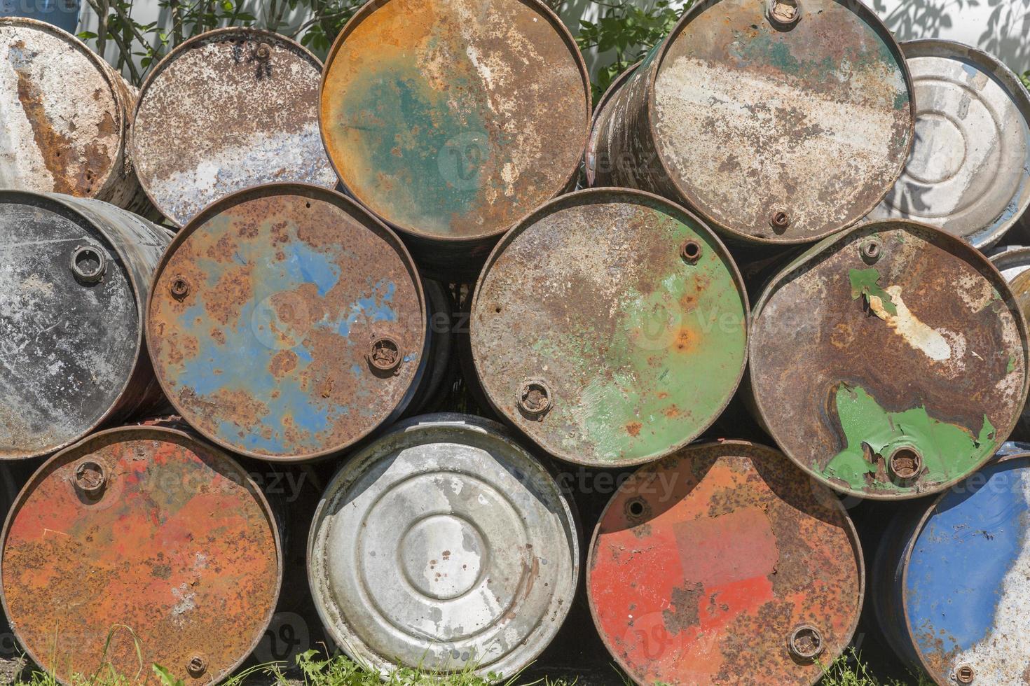 barriles de petróleo vacíos, oxidados y desgastados foto