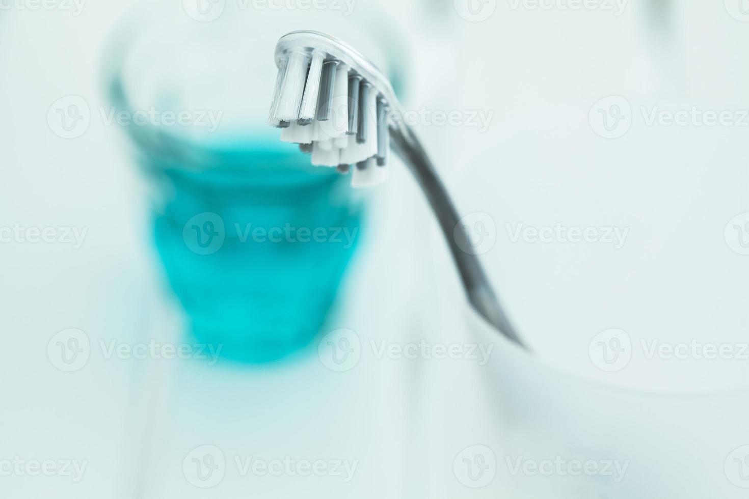 cepillo de dientes en vidrio y enjuague bucal foto