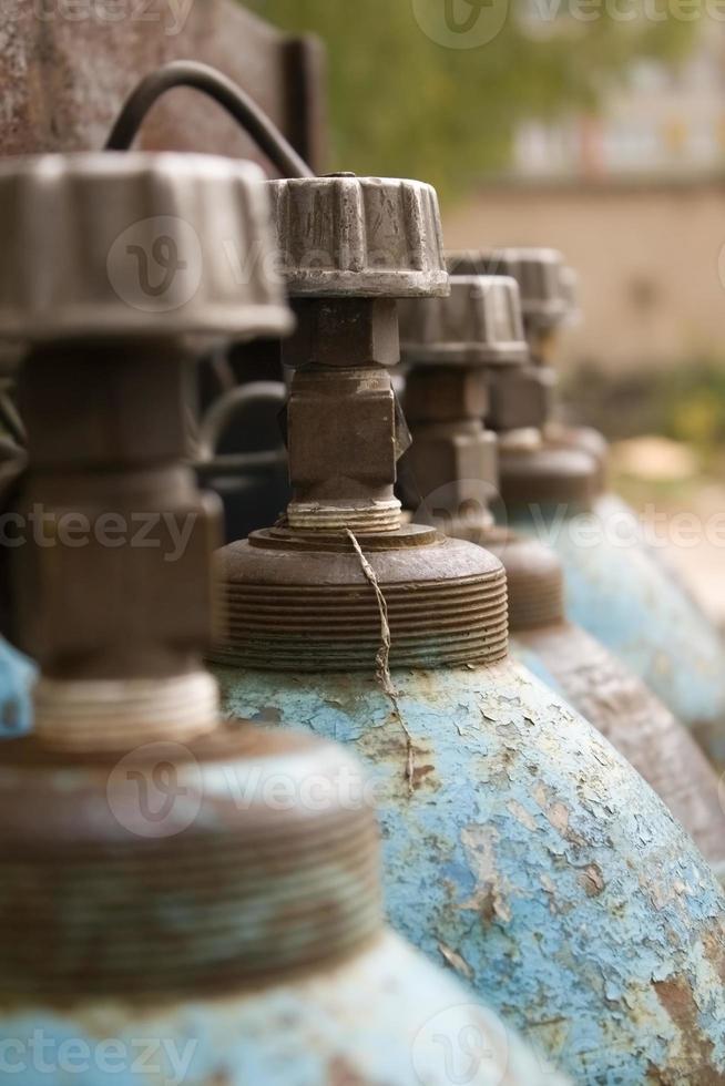 primer plano de cilindros de gas azul foto
