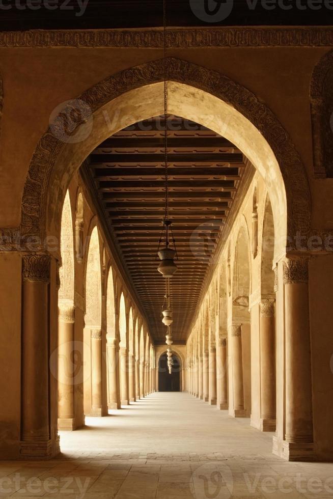 arcos de la mezquita de ahmad ibn tulun en el viejo cairo, egipto foto