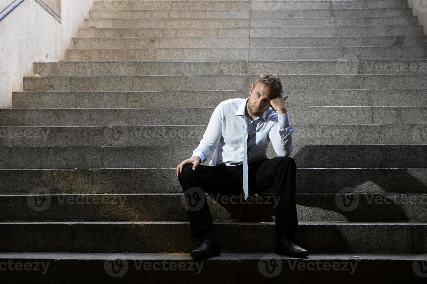Empresario llorando perdido en la depresión sentado en la calle escaleras de hormigón foto