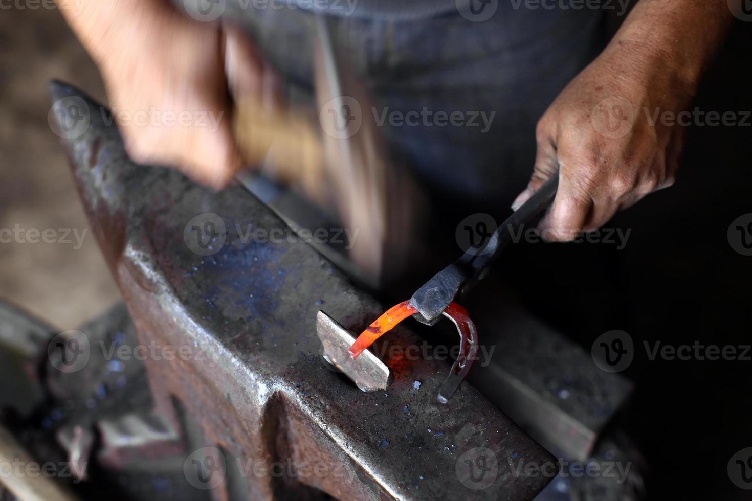 yunque, herradura y martillo foto