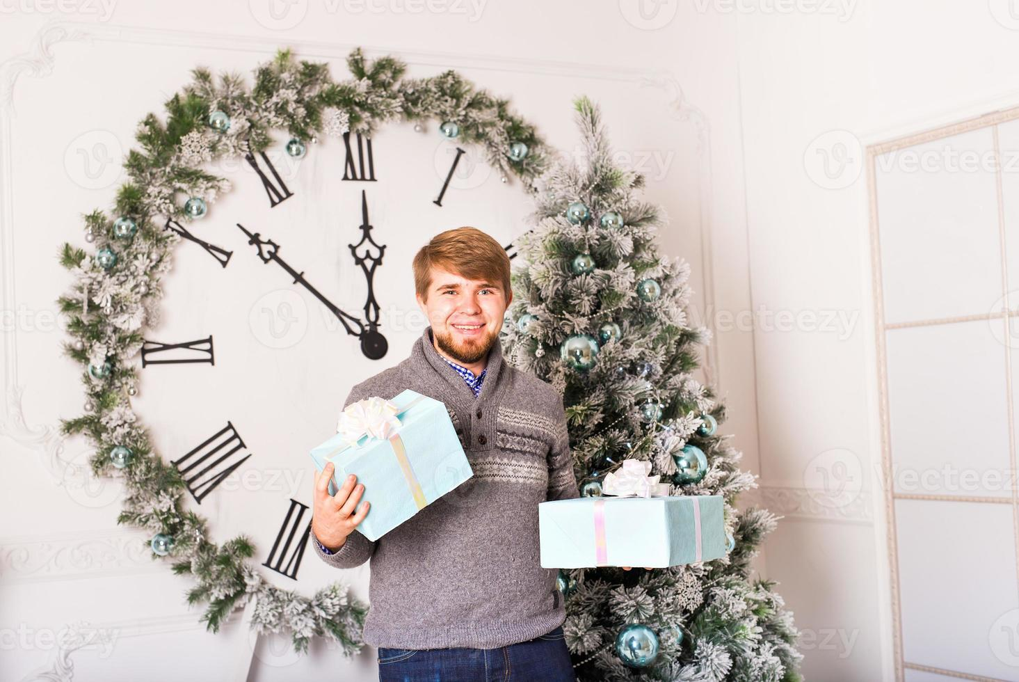 hombre feliz lleva regalos foto