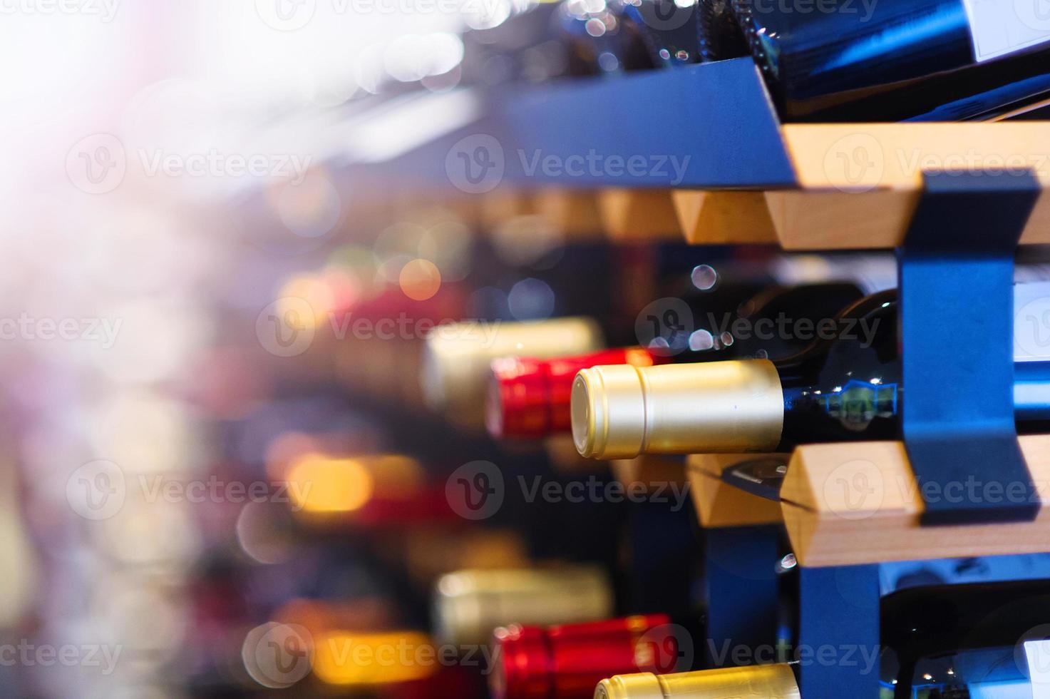 botellas de vino en un estante foto