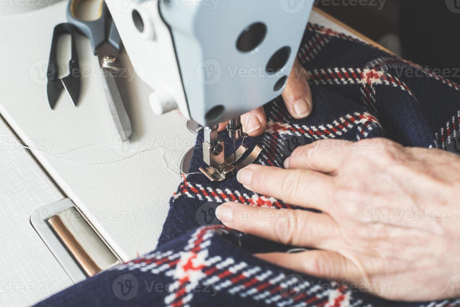 Mujer cosiendo en una máquina de coser. foto