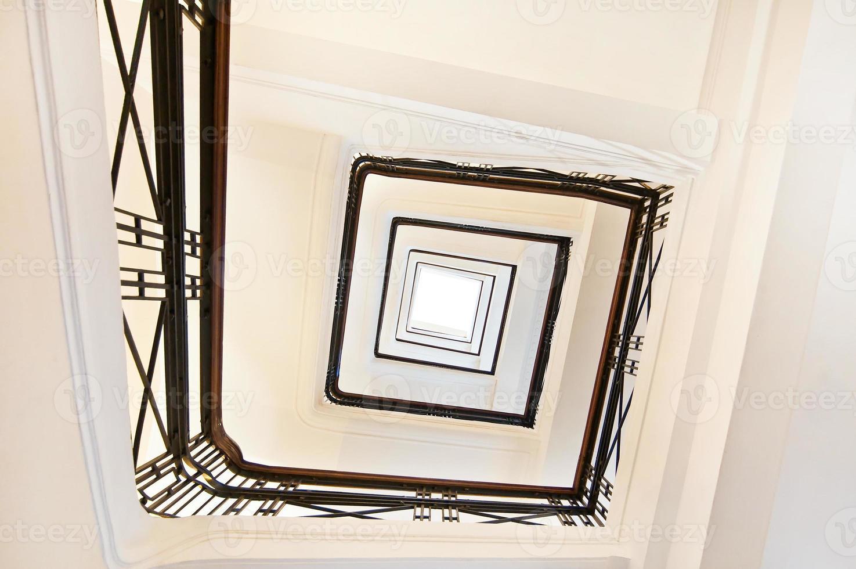 perspectiva de escalera cuadrada, vista desde abajo foto