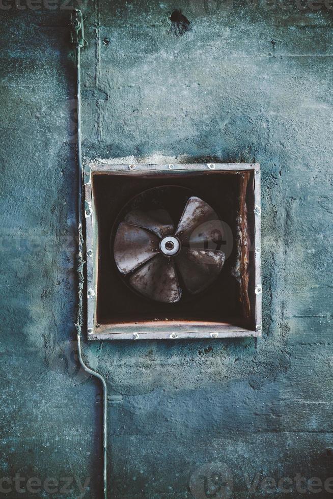 conducto de aire acondicionado abandonado y ventilador oxidado foto