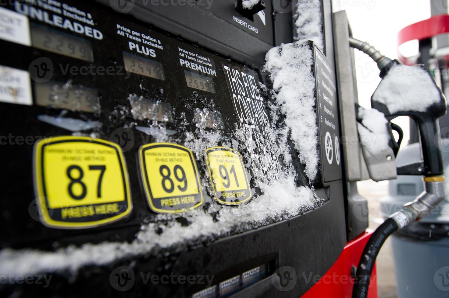 dispensador de combustible en la nieve foto