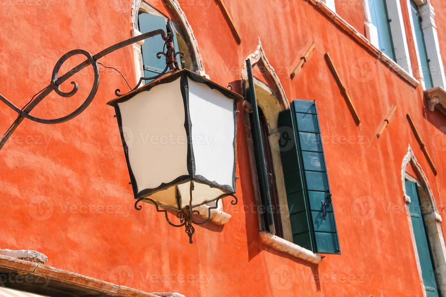 Linterna en la fachada de la antigua casa italiana. Venecia foto