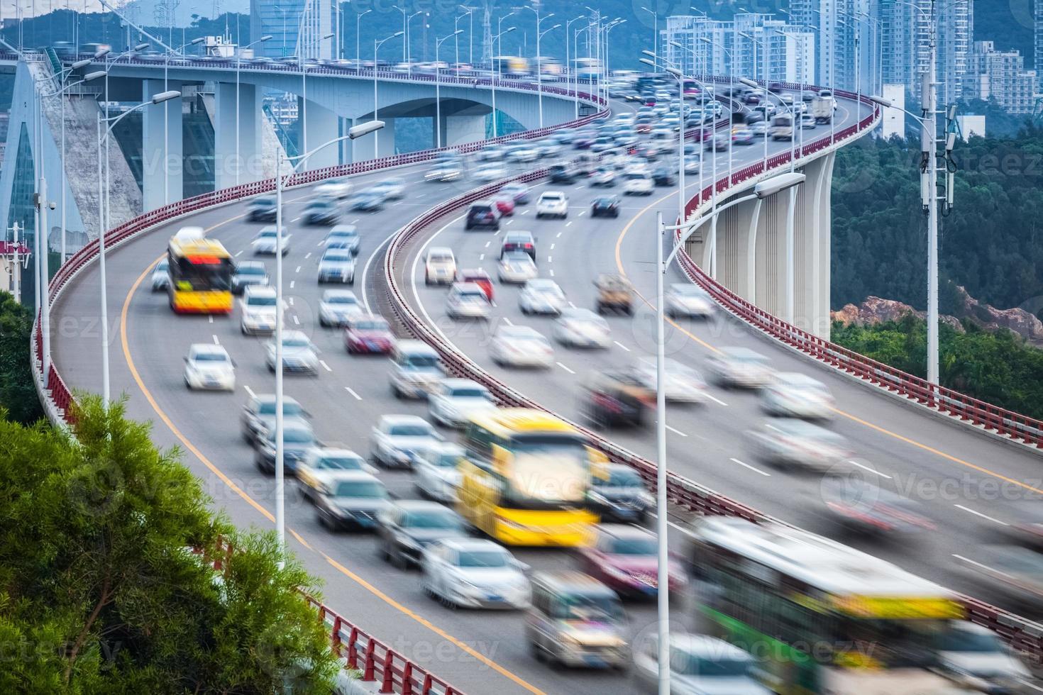 Desenfoque de movimiento de vehículos en el puente foto