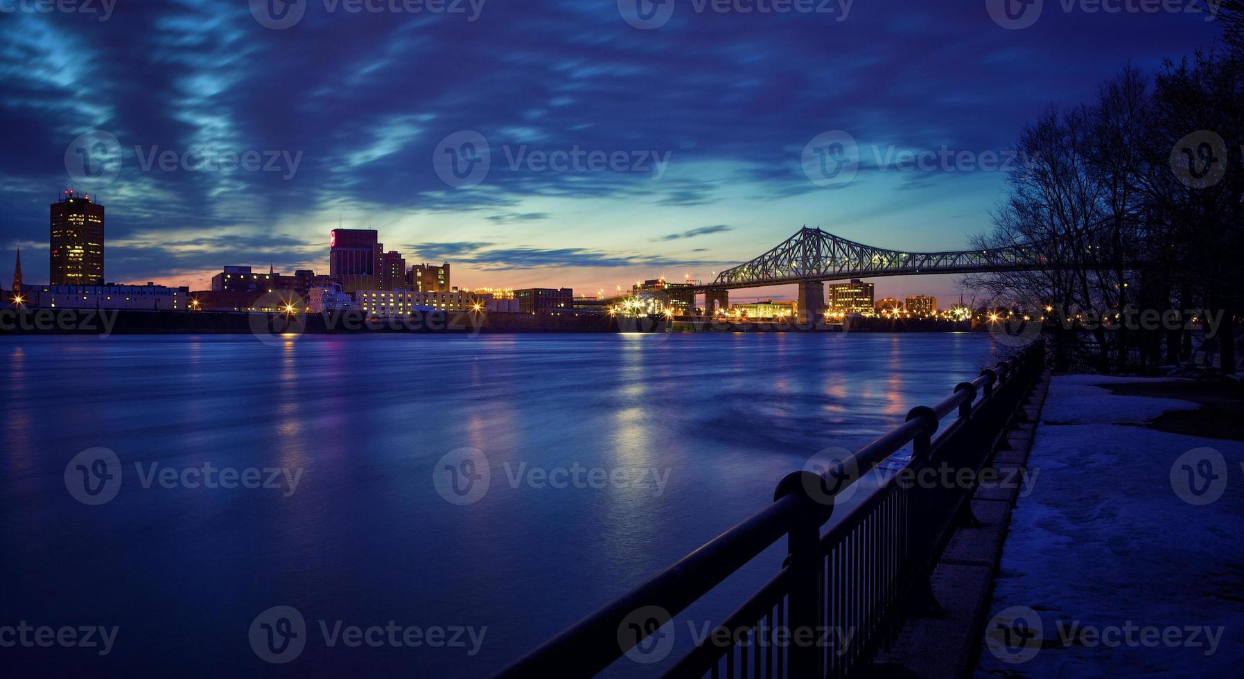 puente de jacques-cartier de montreal en la noche foto