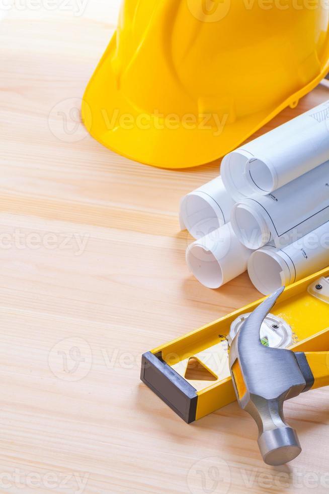 planos blancos construcción nivel amarillo casco garra martillo en foto