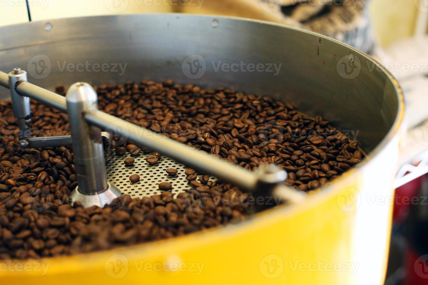 granos de café que se enfrían después del tostado foto