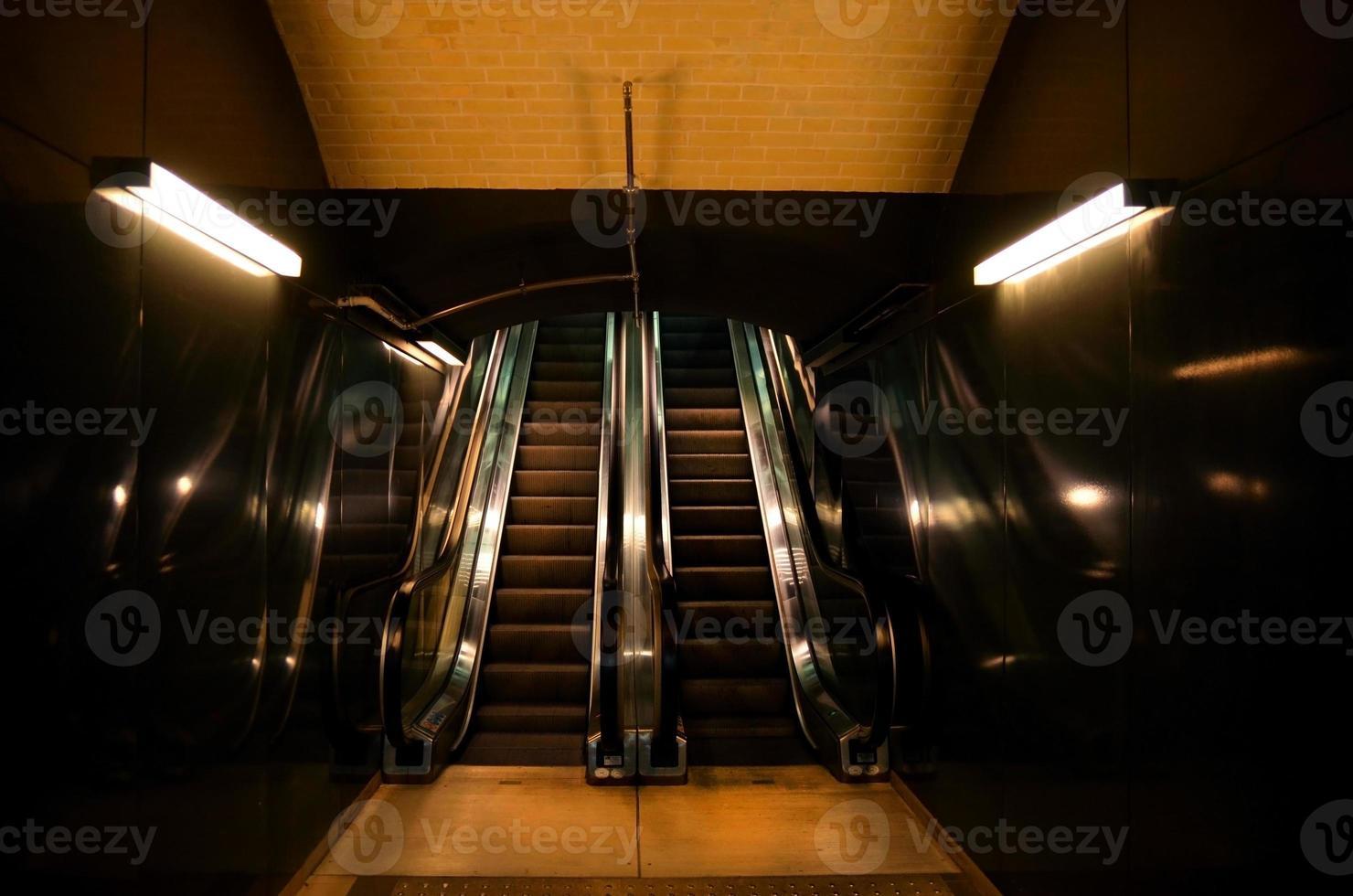 escalera mecánica subiendo foto