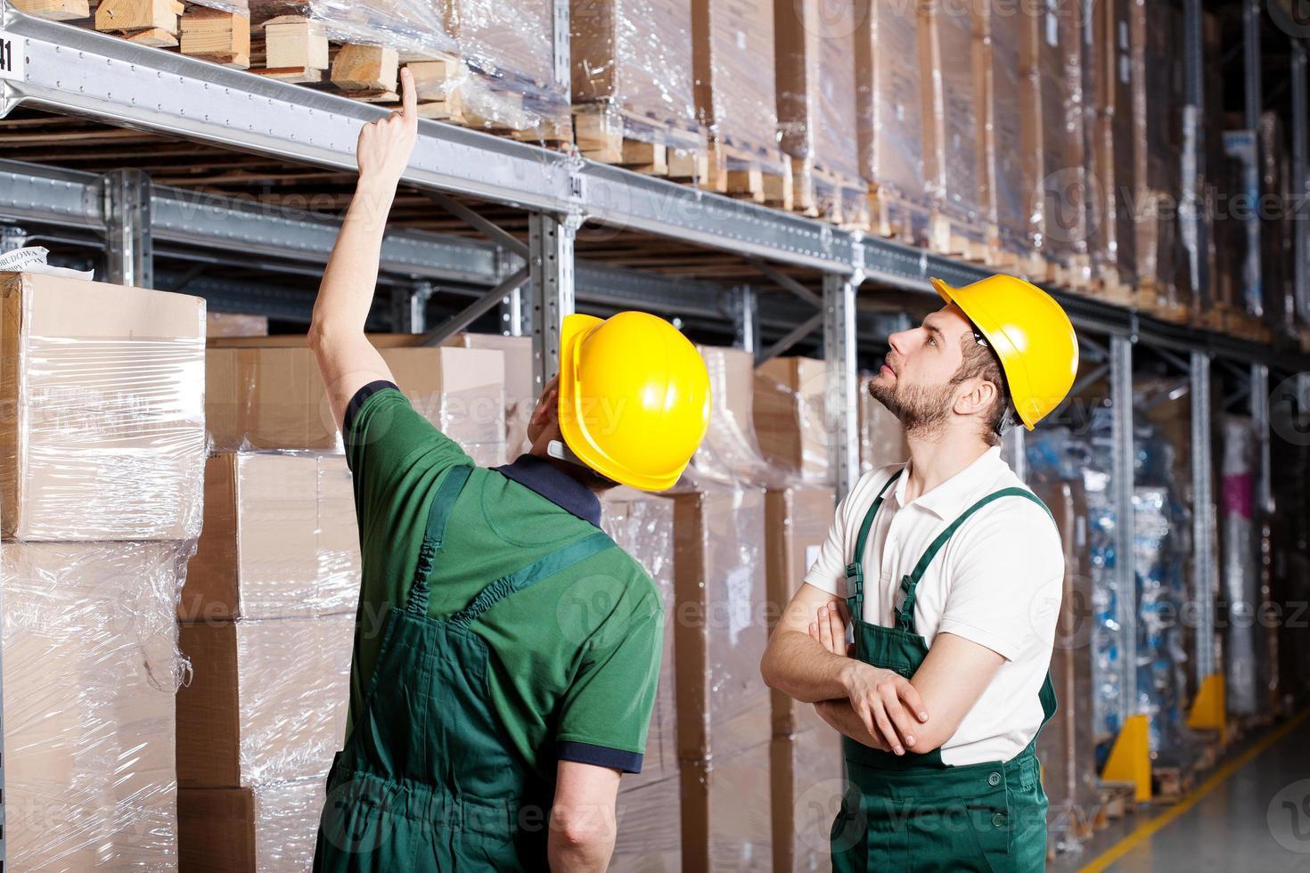 trabajadores en almacén foto