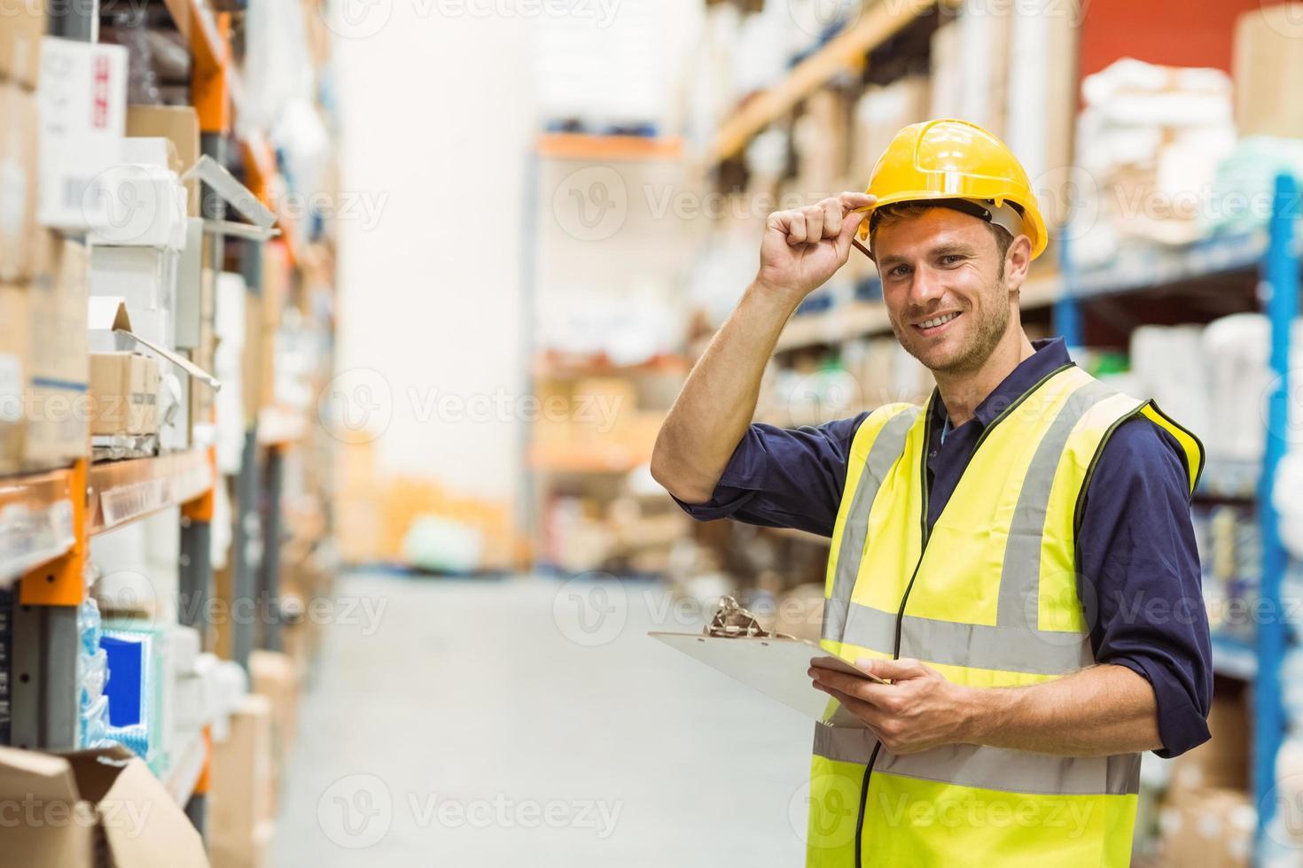 Retrato de trabajador de almacén con portapapeles foto