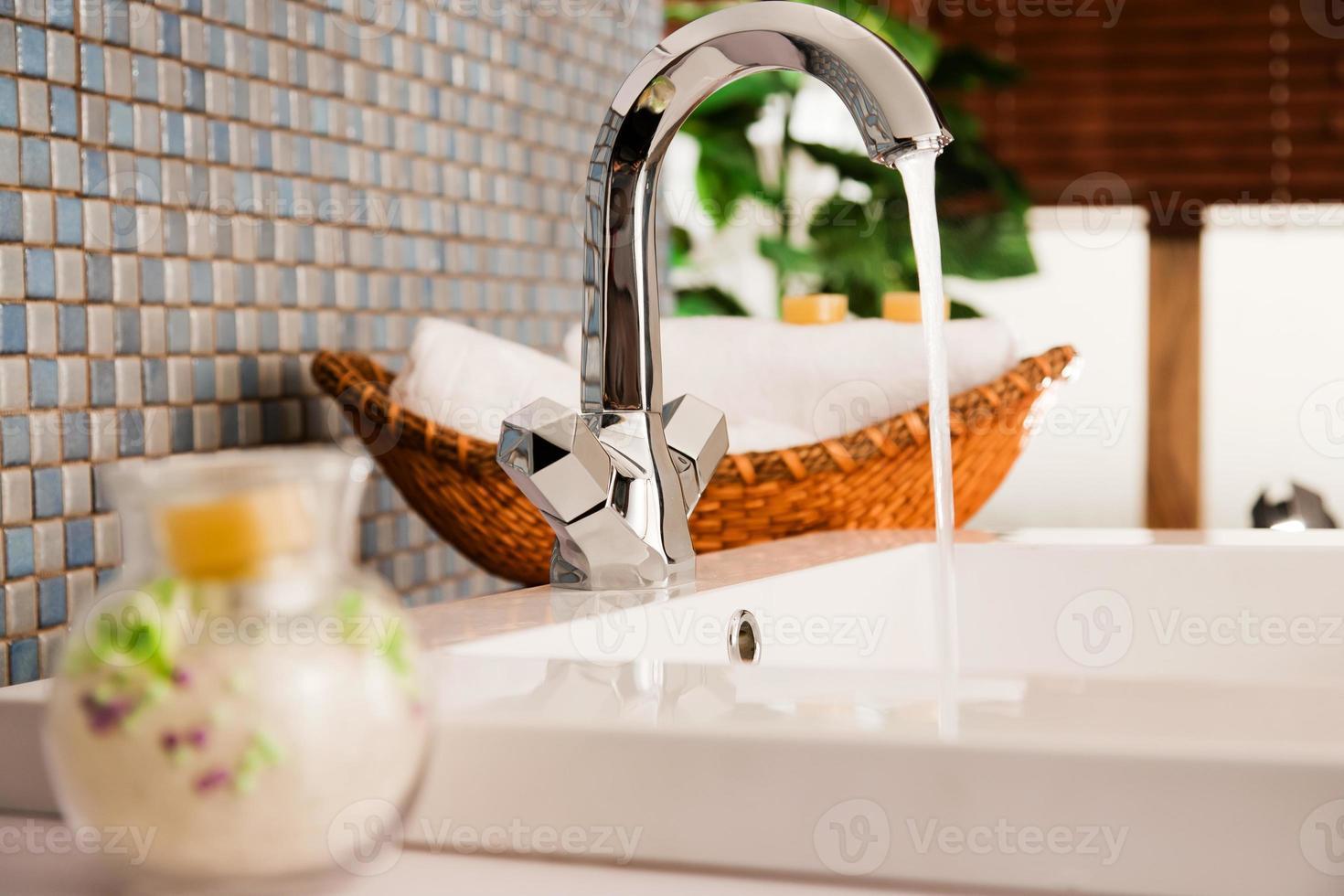 lavabo en un baño moderno foto