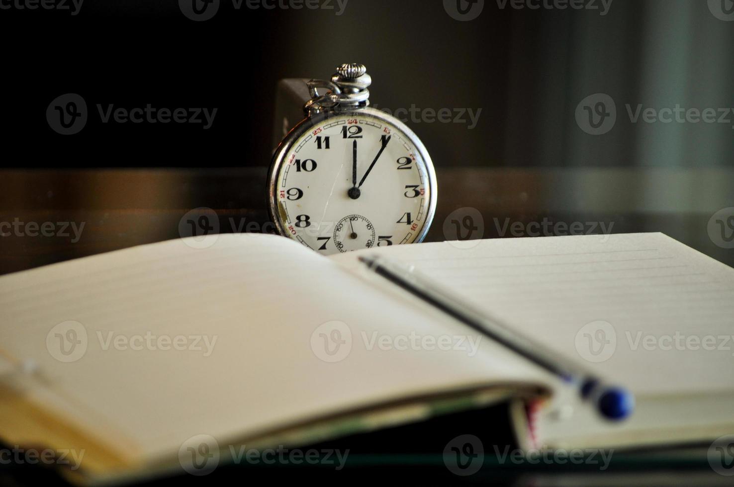 reloj de bolsillo. símbolos del tiempo foto