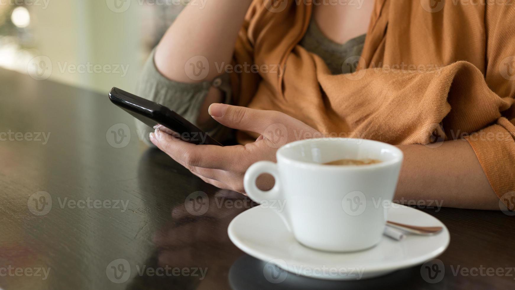 manos de mujer sosteniendo teléfono móvil, primer tiro foto