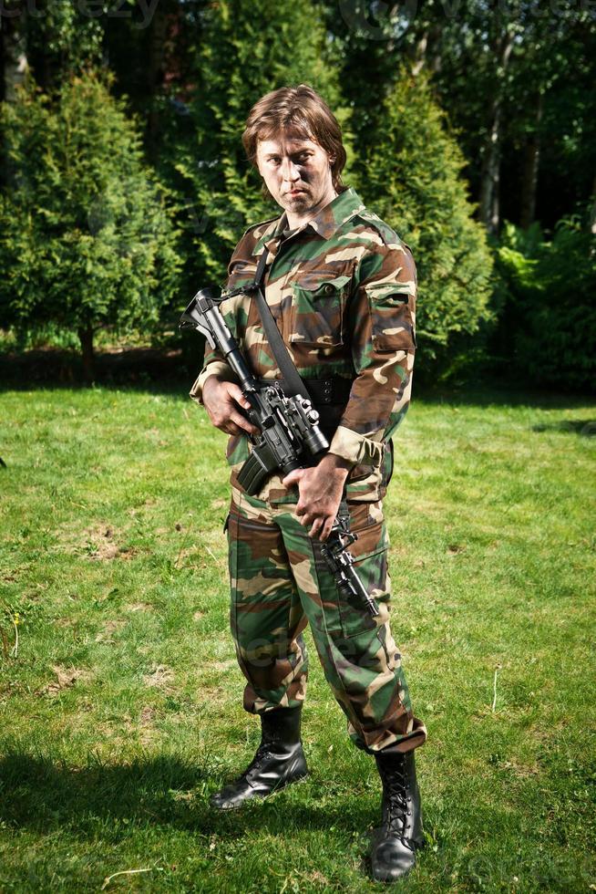 soldado en el campo foto