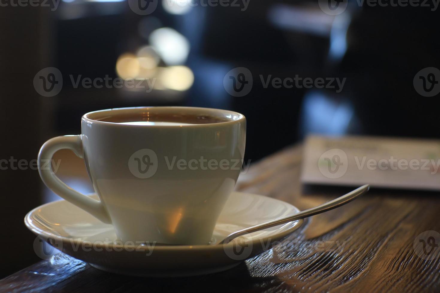 taza y tetera en café interior utensilios de té café foto