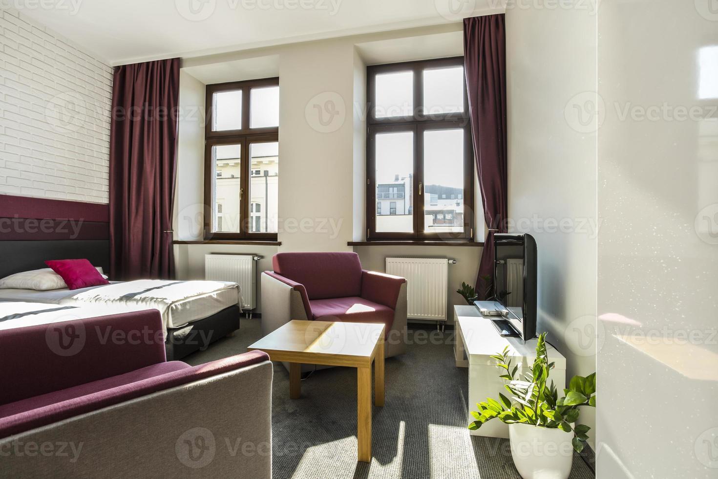 moderna habitación de hotel con tema violeta foto