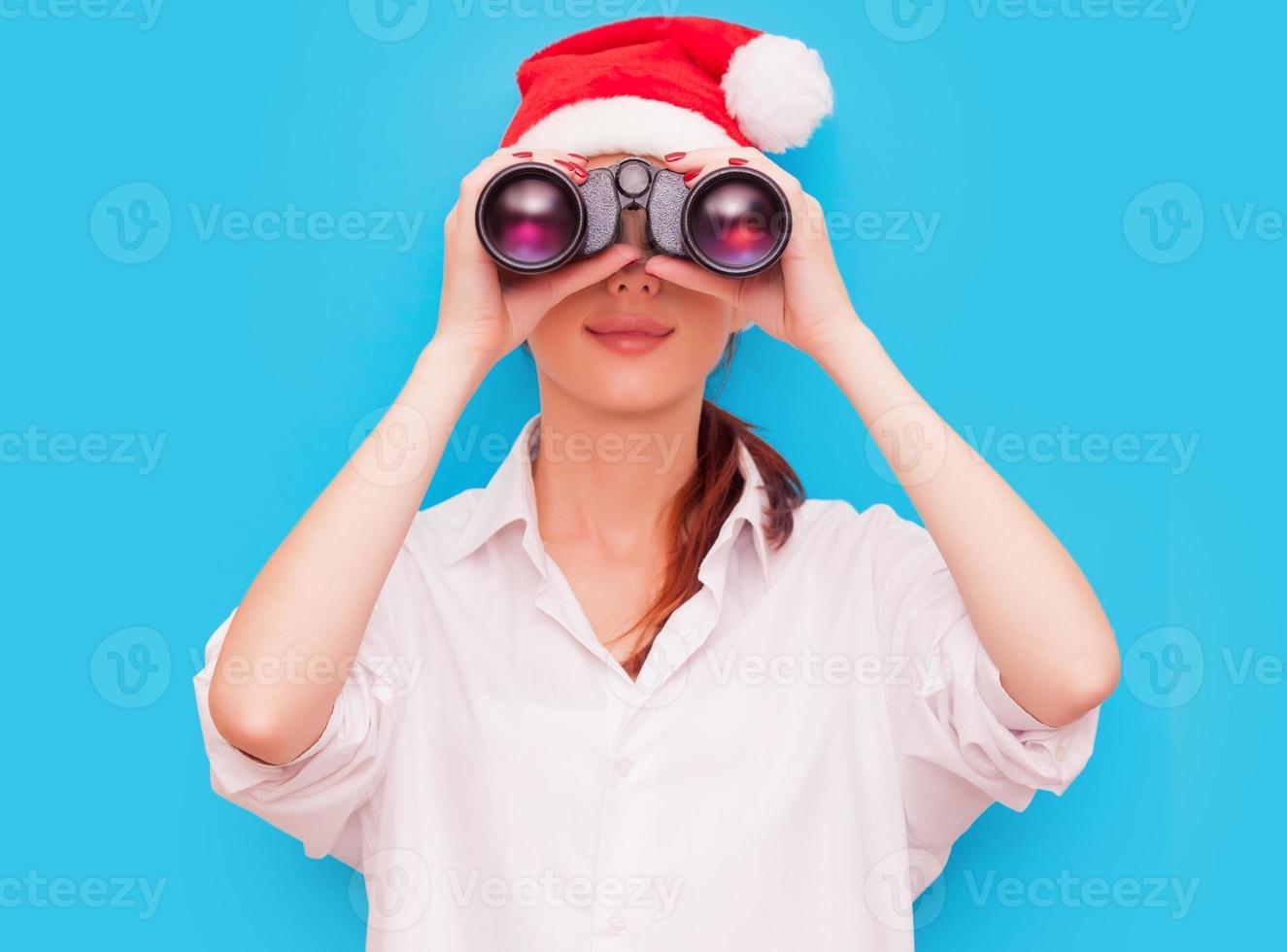 mujer con binoculares y sombrero foto