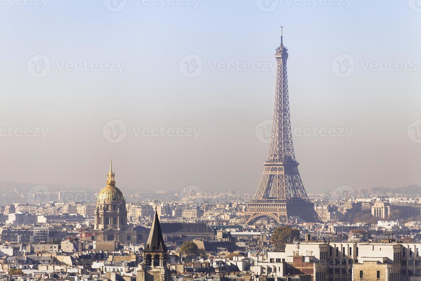 Contaminación en París, vista aérea de la torre Eiffel con smog foto