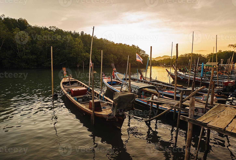 todo barco de pesca en el mar con color de luz solar foto