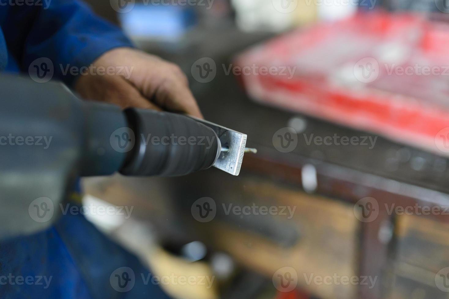 trabajador industrial en taller foto
