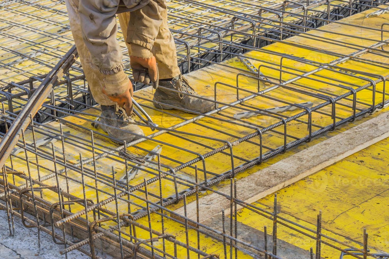 trabajador constructor instalando trabajo de acero 3 foto