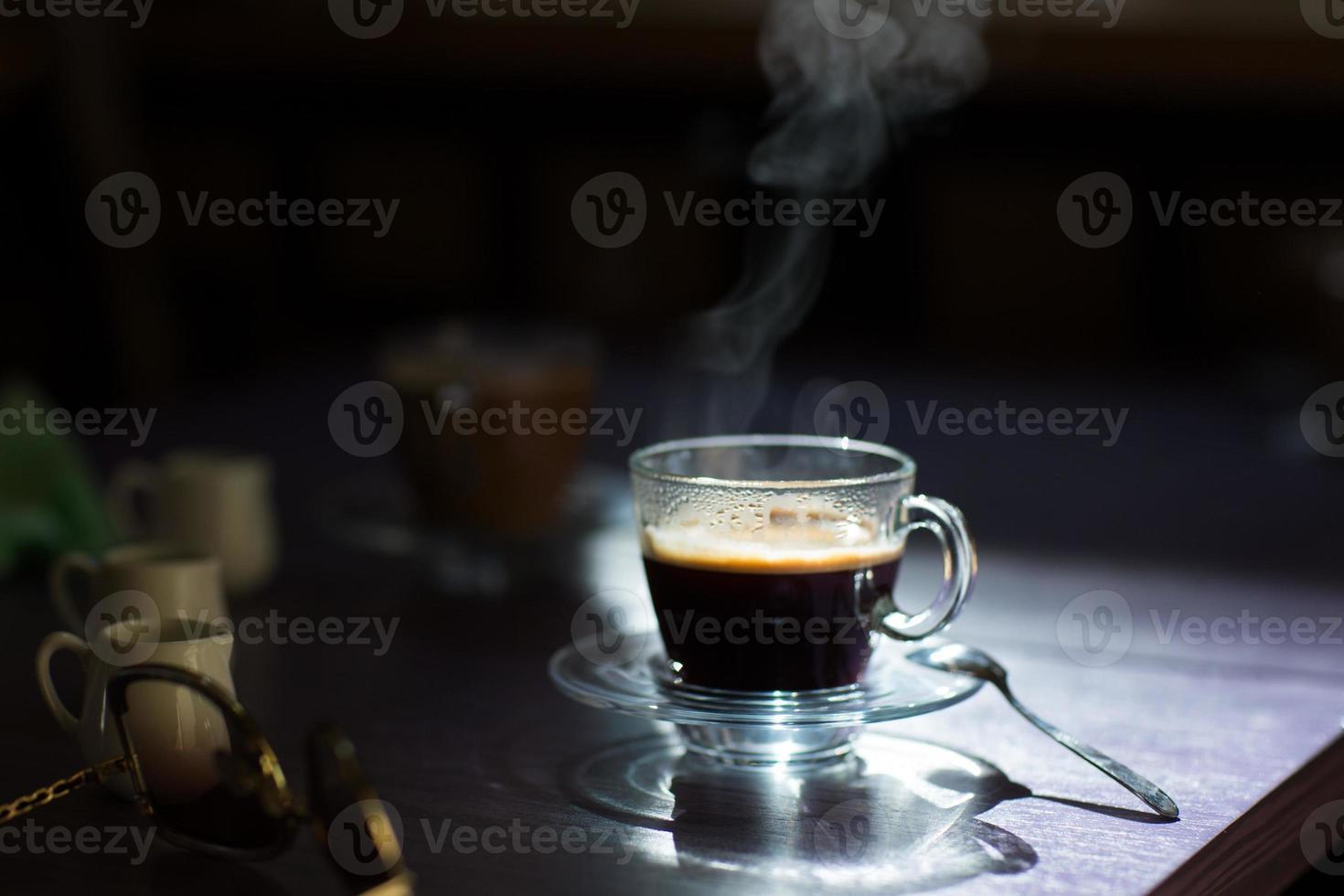 taza de café caliente en la mesa foto