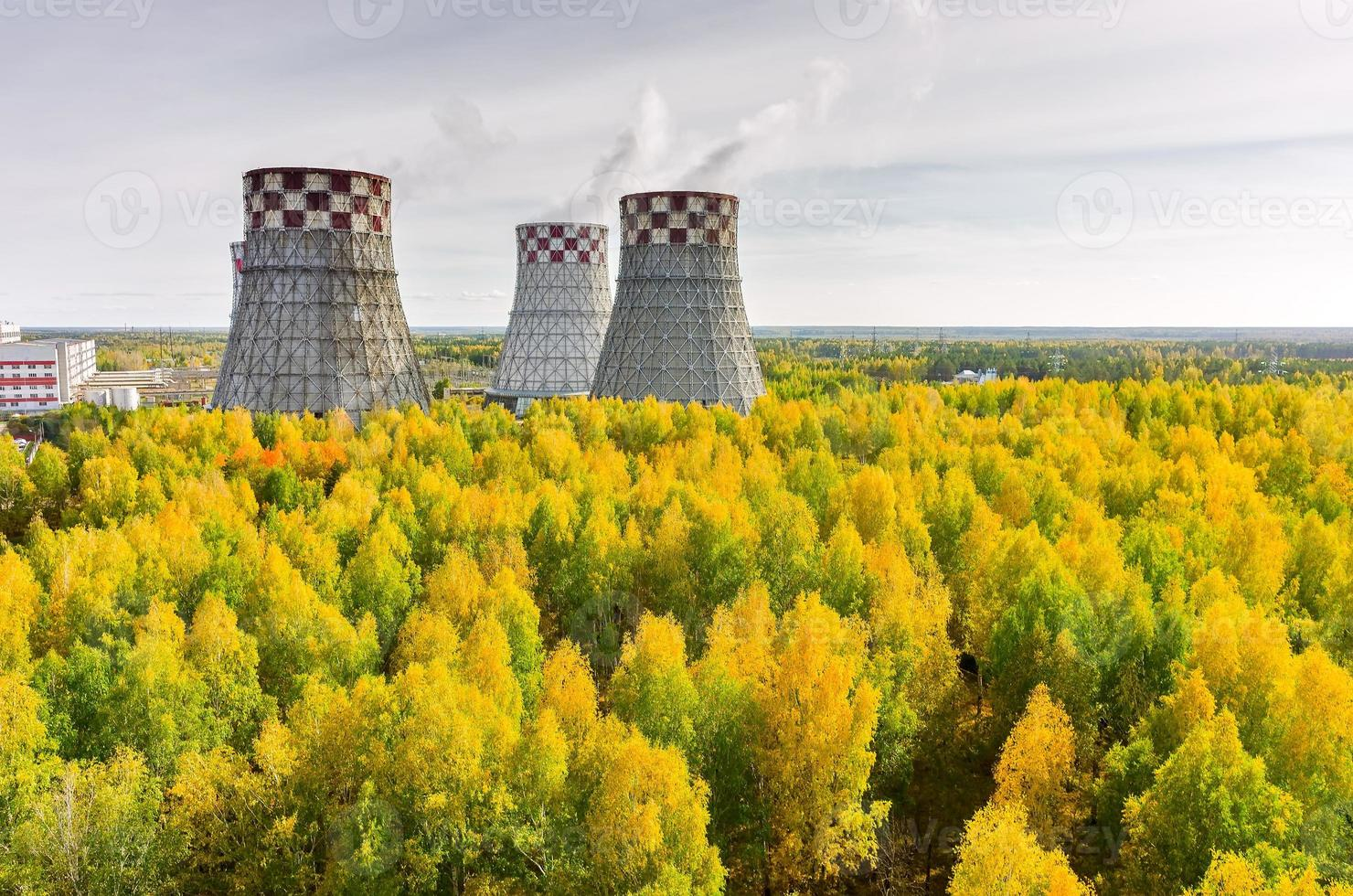 fábrica de energía y energía cálida de la ciudad foto