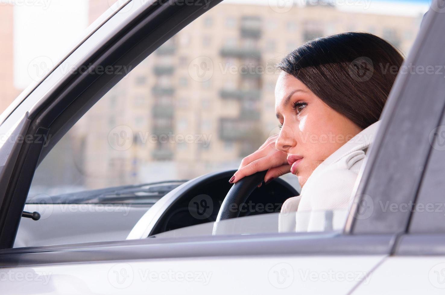 vrouw rust in een auto foto