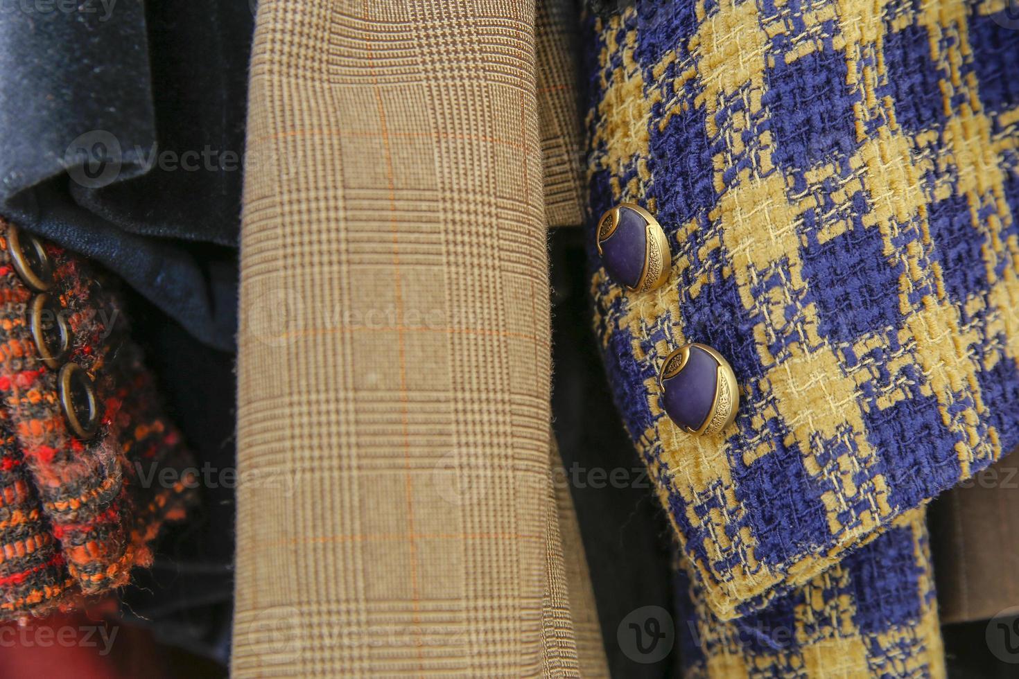 oude stijl jurk knop in kledingkast foto